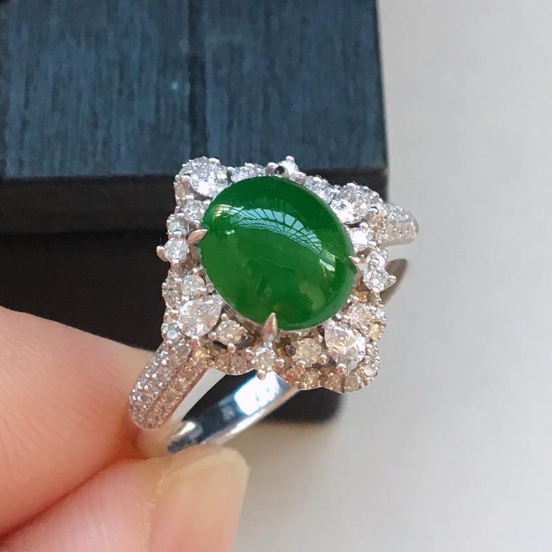 自然光实拍,缅甸a货翡翠,满绿蛋面18k伴钻戒指,种水好,玉质细腻,颜色漂亮,款式豪华,佩戴佳品