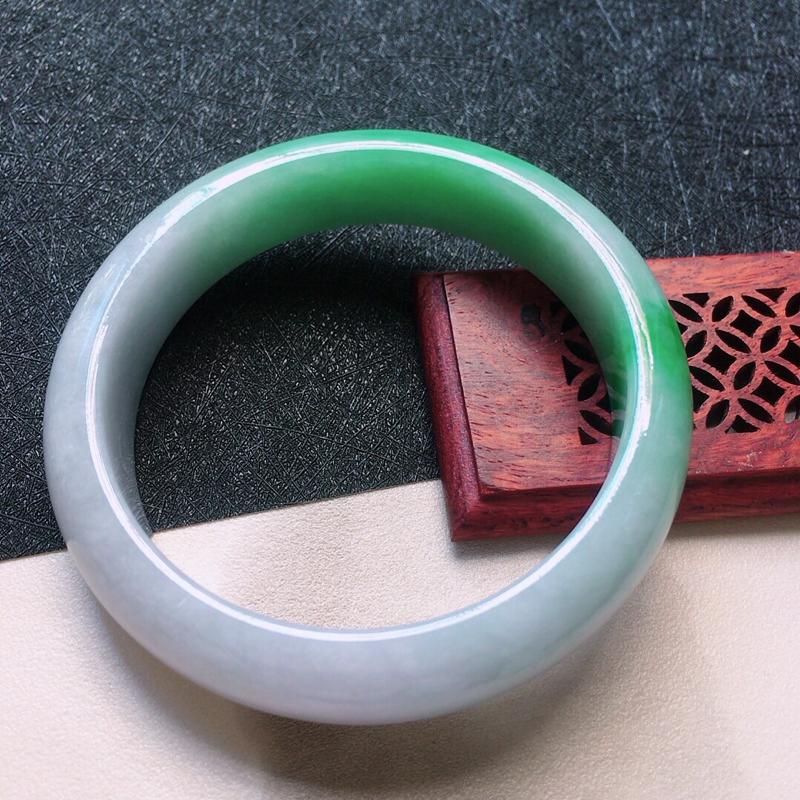 缅甸翡翠57圈口带绿正圈手镯,自然光实拍,颜色漂亮,玉质莹润,佩戴佳品,尺寸:57.1*14.1*8