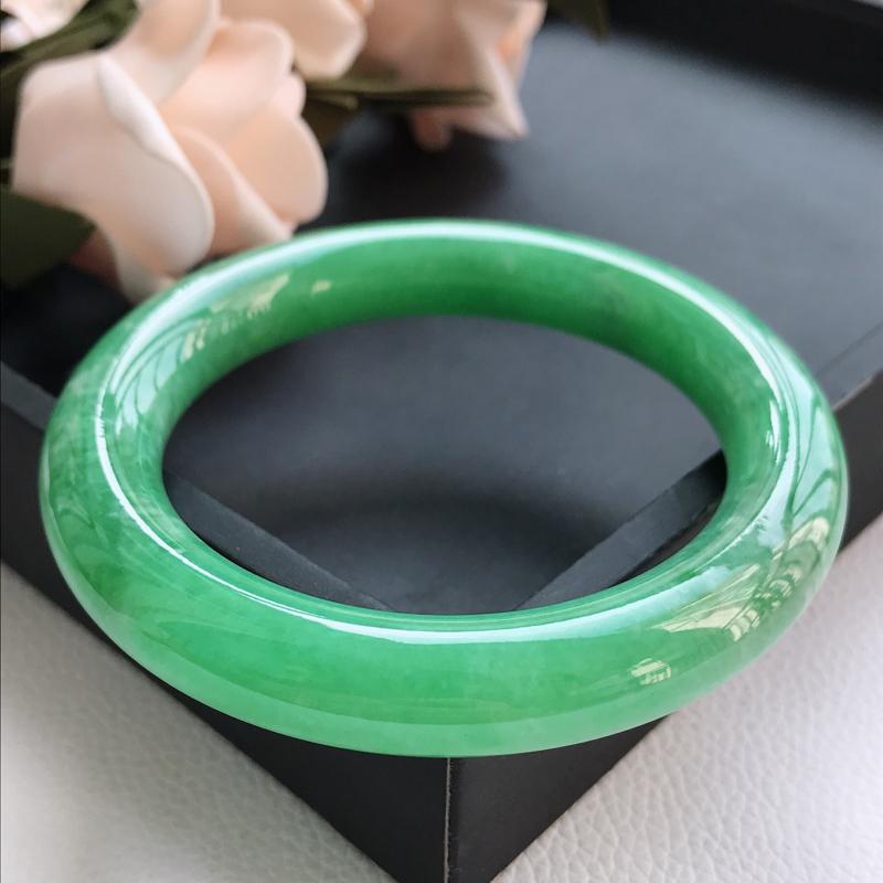 自然光拍摄 圈口58.8mm 细糯种满绿圆条手镯C161 玉质细腻水润,条形大方,高贵优雅,端庄大气