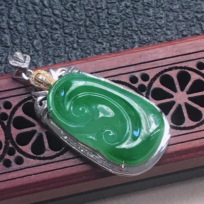 缅甸翡翠18K金伴钻镶嵌浅绿如意吊坠,颜色好,玉质细腻,雕工精美,佩戴送礼佳品,包金尺寸: 33.8