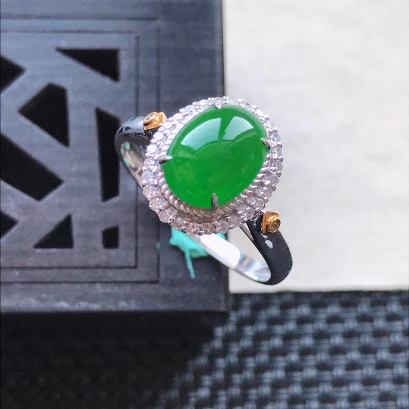 天然翡翠A货18K金镶嵌伴钻糯化种满绿精美蛋面戒指,内内尺寸19mm,裸石尺寸8.8-6.8-3mm