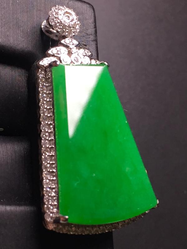 翡翠A货,阳绿无事牌吊坠,18k真金真钻镶嵌,完美,种水超好,玉质细腻。整体尺寸:37.0*17.8