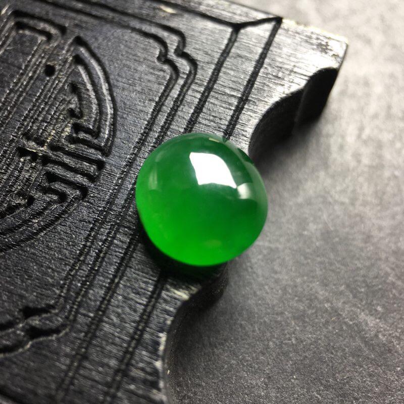 ❤️满绿蛋面裸石:种老水足,色泽漂亮,干净透光,雕工精美,圆润饱满,完美无裂,可镶嵌成戒指或吊坠,镶