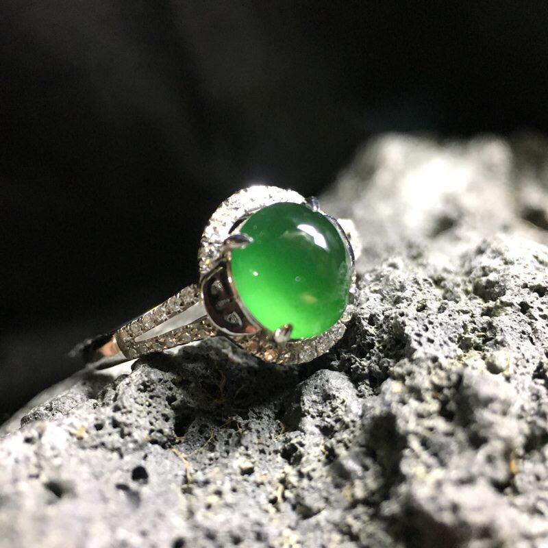 ❤️18k金满绿蛋面镶嵌戒指:种老水足,色泽漂亮,干净起光,圆润饱满,镶嵌精美,完美无裂,清新雅致,