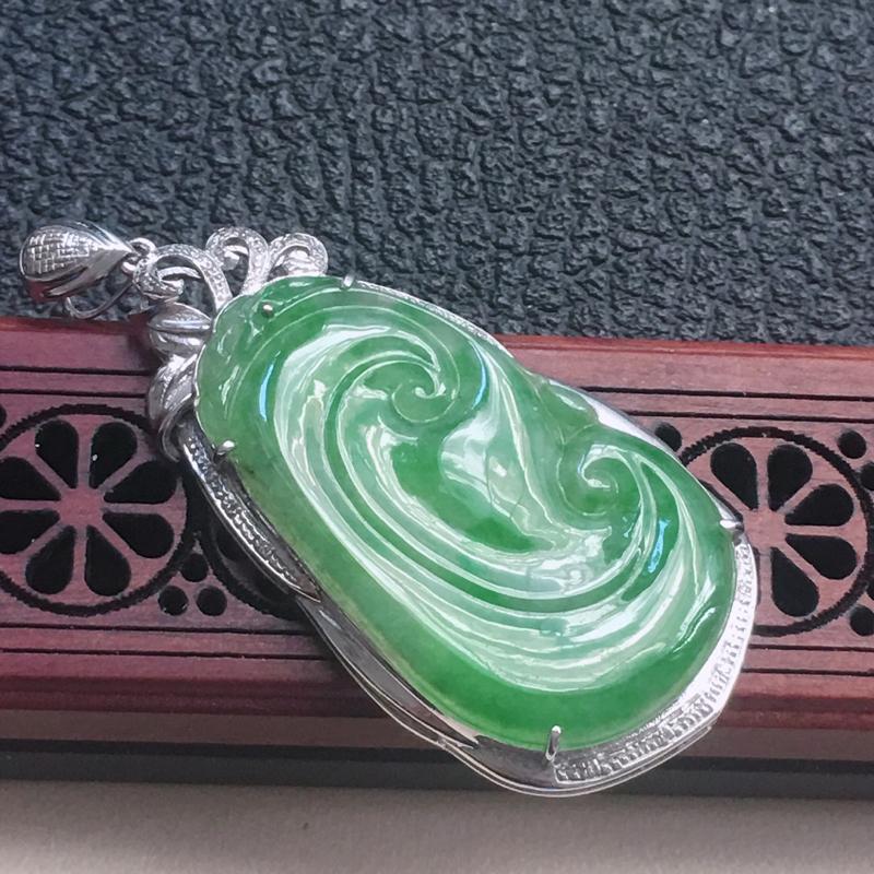 缅甸翡翠18K金伴钻镶嵌浅绿如意吊坠,颜色好,玉质细腻,雕工精美,佩戴送礼佳品,包金尺寸: 49.5