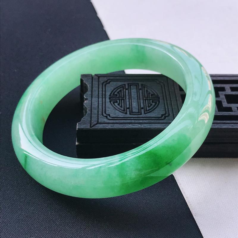 糯化种阳绿正装手镯、圈口60/14/9.8、玉质细腻水润,条形大方,种水好,佩戴效果极佳##