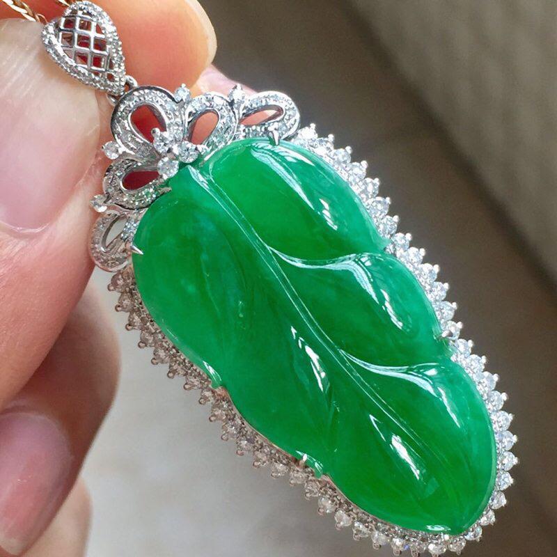 缅甸翡翠A货,18k豪华镶嵌,大钻石,上身效果高档贵气,谁带上他一生幸福美满,金枝玉叶,家大业大,喜