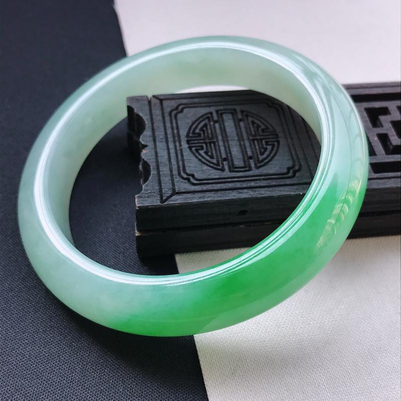 糯种阳绿正装手镯、圈口56.8/12/8.6、玉质细腻水润,条形大方,种水好,佩戴效果极佳