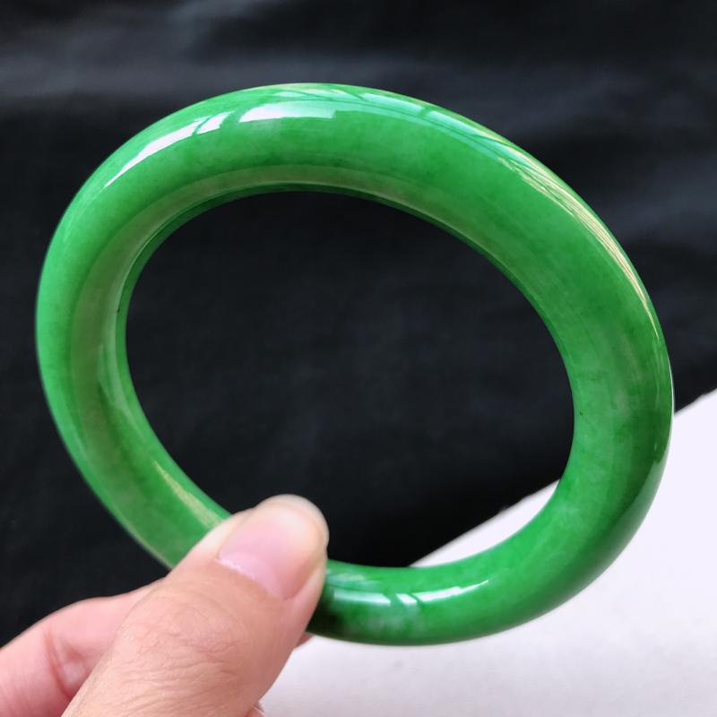 糯种阳绿满色圆条手镯、圈口56.5/10.4/10.3、玉质细腻水润,条形大方,种水好,佩戴效果极佳