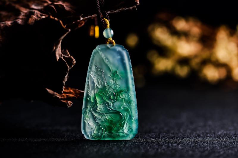 《绿度母》老坑冰种绿度母挂件  作品选用高冰翡翠原料,质地细腻,种水充足。作品整体庄严大气,线条刻画
