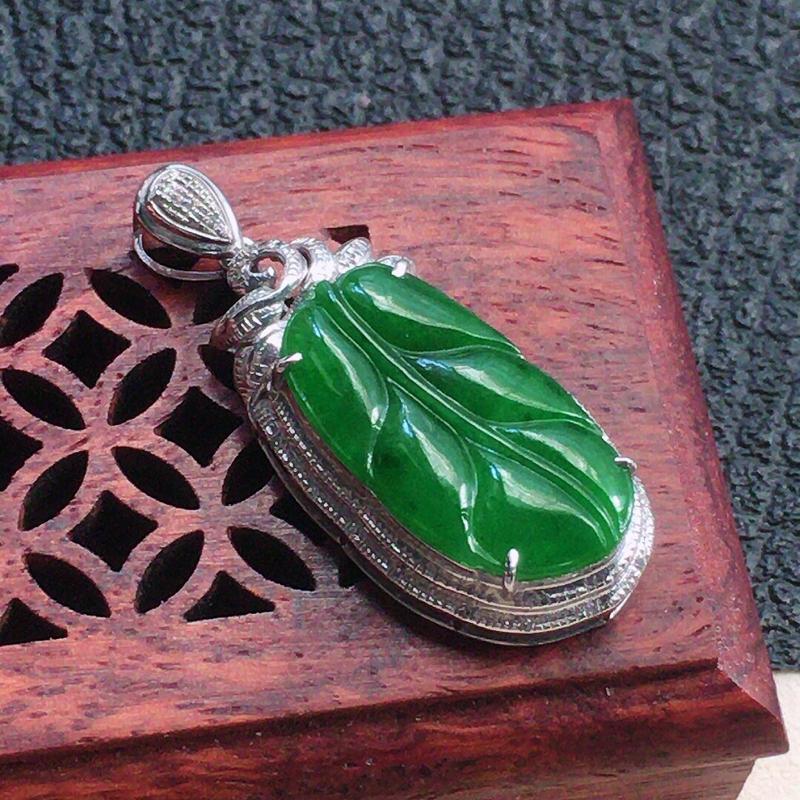 缅甸翡翠18k金伴钻镶嵌满绿叶子吊坠,自然光实拍,颜色漂亮,玉质莹润,佩戴佳品,包金尺寸:32.1*