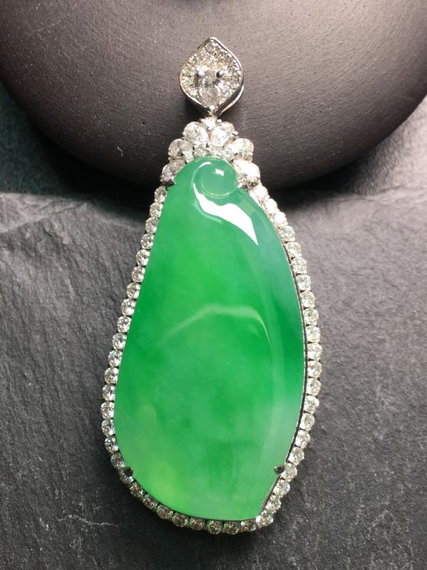 翡翠A货,阳绿福瓜吊坠,18k金伴钻镶嵌,完美,种水超好,性价比高。