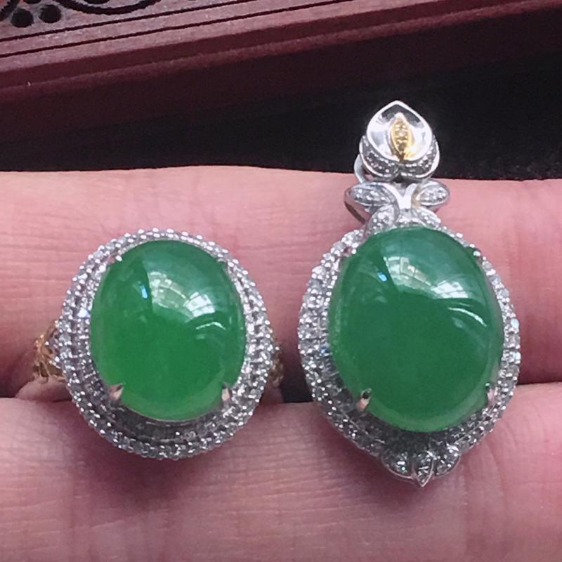 缅甸翡翠18K金伴钻镶嵌首饰套装,17圈口满绿蛋面戒指+满绿蛋面吊坠,颜色好,玉质细腻,佩戴送礼佳品