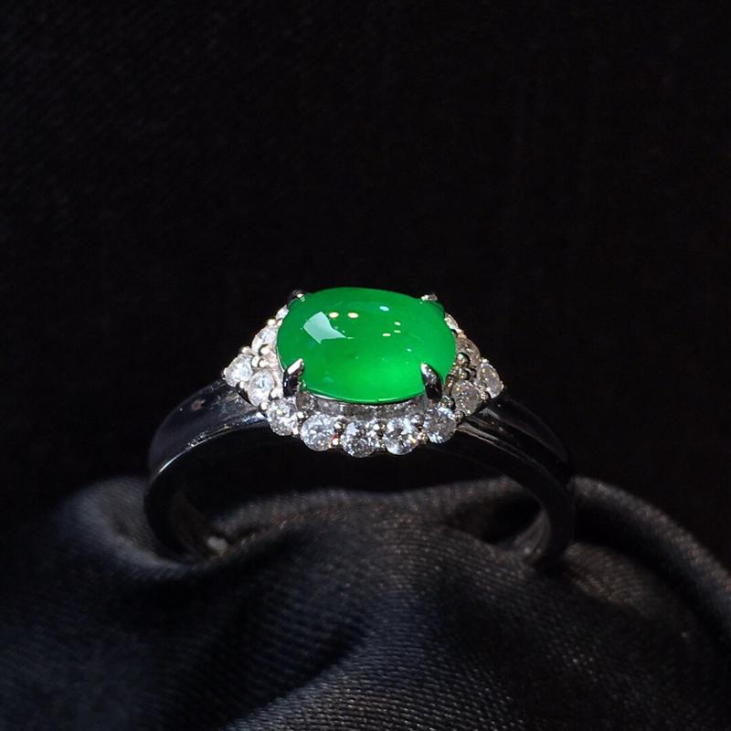 冰润满绿蛋面戒指。颜色鲜艳,水润饱满, 完美无裂纹,18k金伴钻。整体11.8
