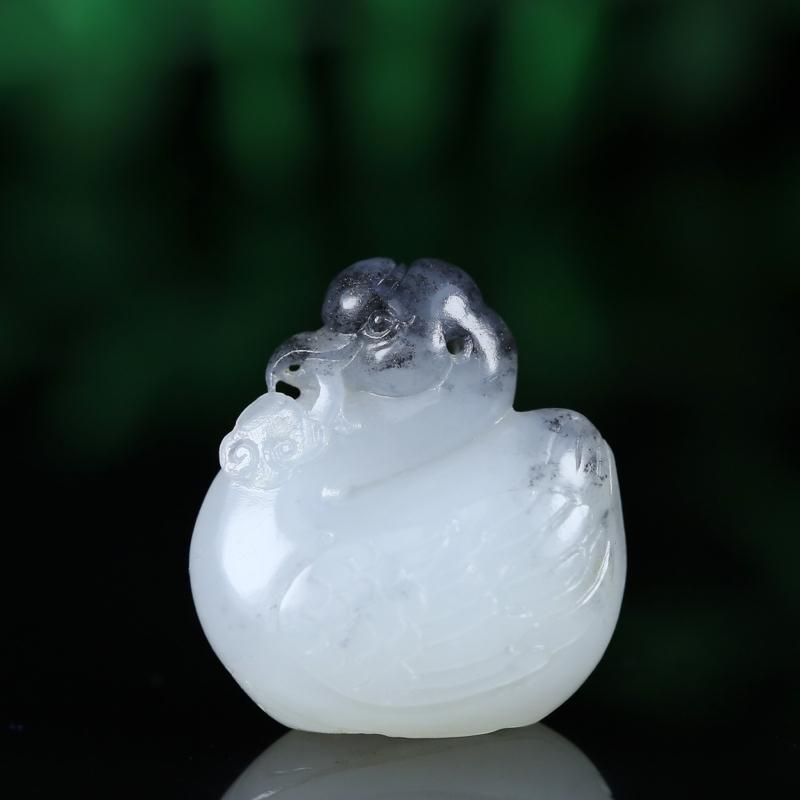 名称:鹅如意 重量:8.8g 尺寸:25*22*13mm 材质:  新疆和田籽料  描述:玉质细腻油