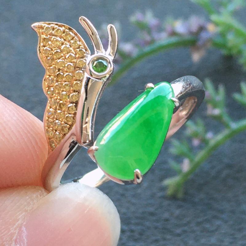 精品翡翠18k镶嵌伴钻戒指,雕工精美,玉质莹润,尺寸:内径:17MM,裸石尺寸:10.3*5.6*3
