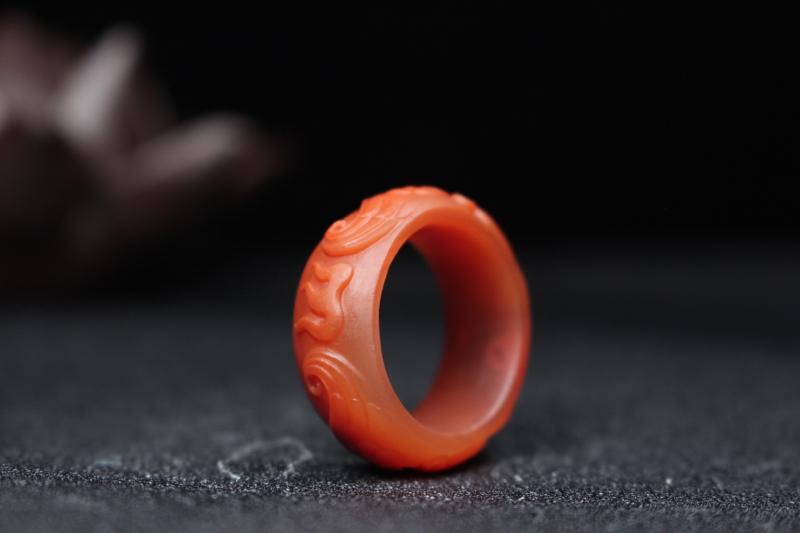 【指环】柿子红带冻浅浮雕刻凤凰于飞,复古大气奢华,柔光处理油润细腻内敛,整体无胶无裂无杂。 圈口:2