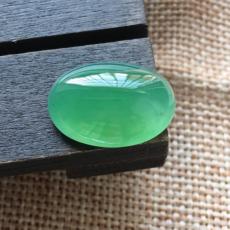 自然光实拍,缅甸a货翡翠,冰种满绿蛋面,种好水润,玉质细腻,漂亮,品相佳,
