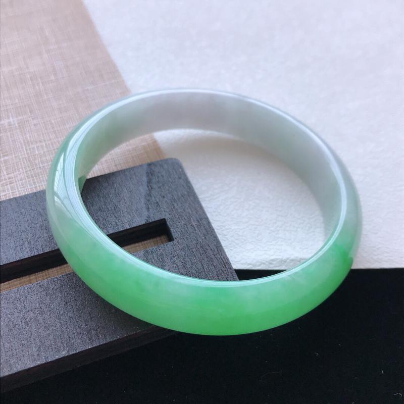 正圈:60.6。天然翡翠A货老坑种飘绿手镯。色泽鲜艳,佩戴清秀优雅。尺寸:60.6*13*7mm