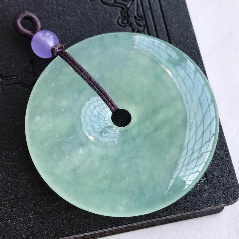 天然翡翠A货冰糯种淡绿平安扣吊坠,尺寸:43.8×6.3 mm,水润通透,形体饱满,雕工精美,顶珠是