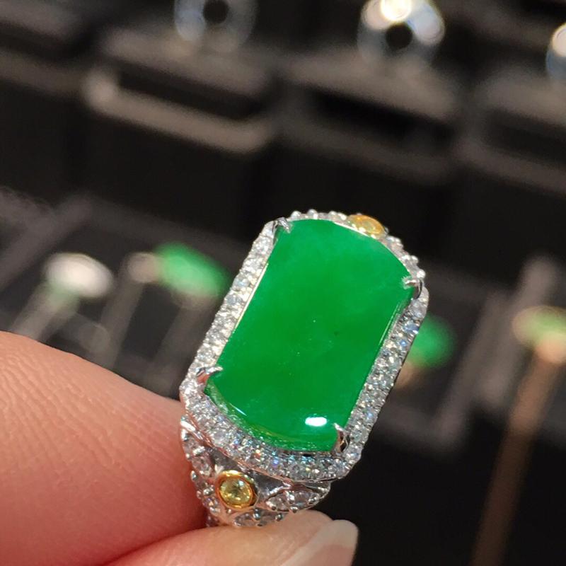 满绿马鞍戒指,颜色鲜艳,精致大气, 完美无裂纹,18k金伴钻。裸石尺寸11.3*