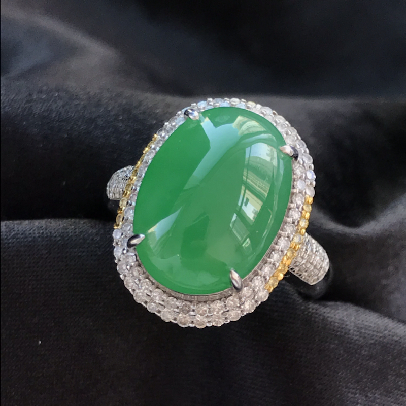 天然翡翠A货,满绿蛋面戒指,料子细腻,色泽鲜艳,冰透水润,豪华镶嵌,18K金伴钻镶嵌,性价比高