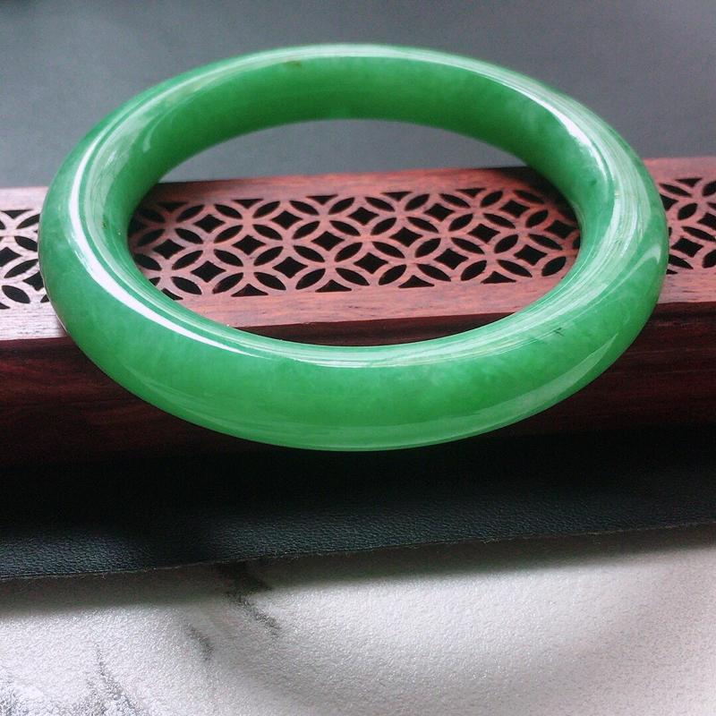 缅甸翡翠54圈口浅绿圆条手镯,自然光实拍,颜色漂亮,玉质莹润,佩戴佳品,尺寸:54.1*10.3*1