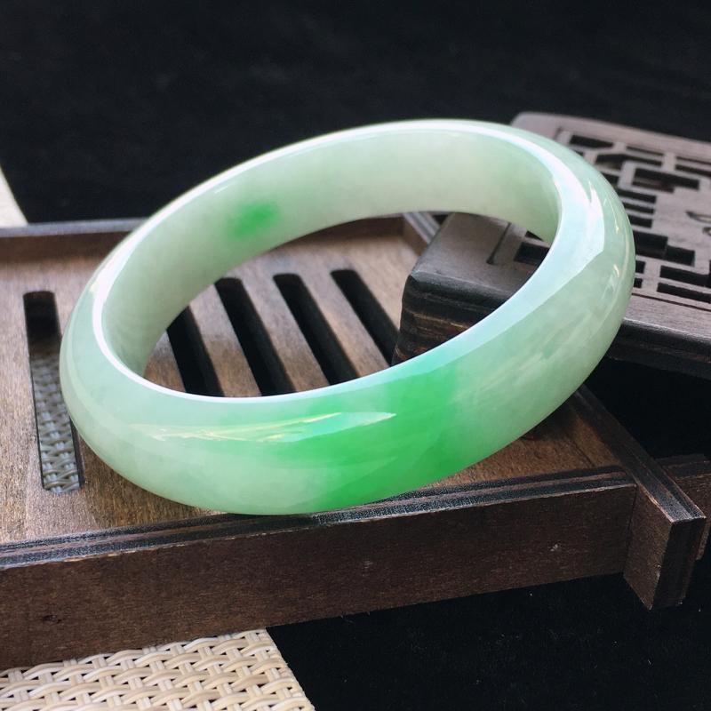 圈口:55,天然翡翠A货—飘翠绿水润正圈手镯,尺寸:55/13:8,纹 色翠