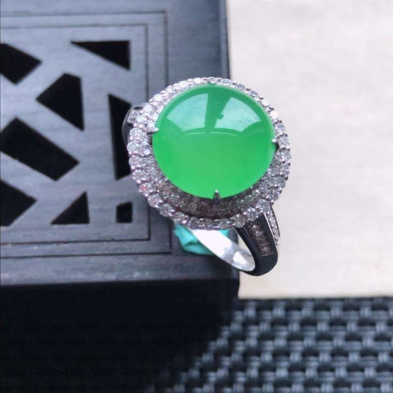 天然翡翠A货18K金镶嵌伴钻糯化种满绿精美蛋面戒指,内径尺寸18.3mm,裸石尺寸9.7-3mm,玉