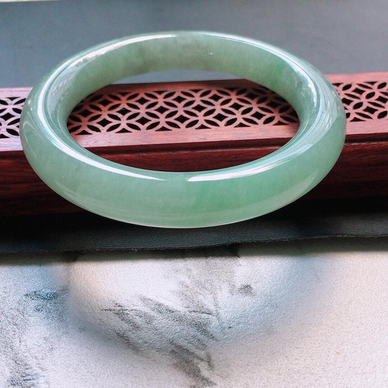 缅甸翡翠56圈口浅绿圆条手镯,自然光实拍,颜色漂亮,玉质莹润,佩戴佳品,尺寸:56.0*11.2*1