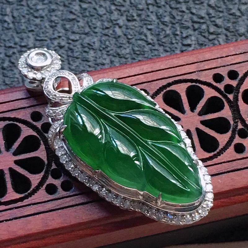缅甸翡翠18K金伴钻镶嵌满绿叶子吊坠,颜色好,玉质细腻,雕工精美,佩戴送礼佳品,包金尺寸: 33.9