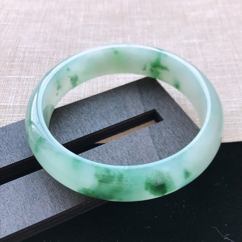 正圈:58。天然翡翠A货。老坑冰糯种飘绿花手镯。水润起胶感,佩戴奢华优雅。尺寸:58*14.2*7.