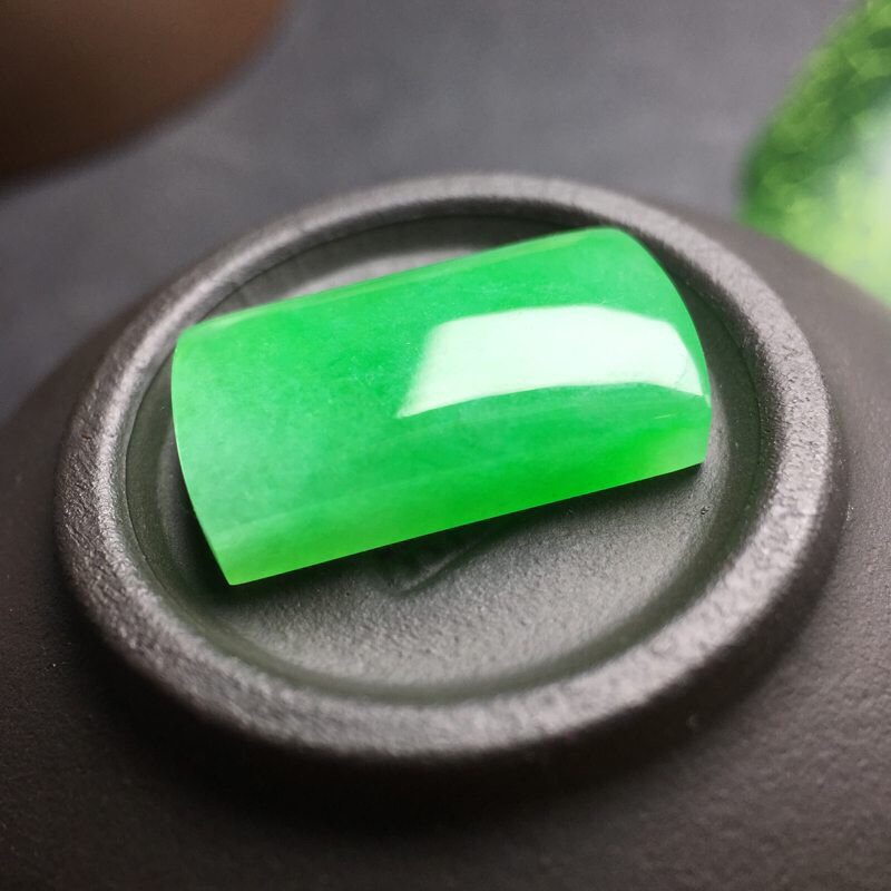 ❤️满绿马鞍裸石:种老水足,色泽漂亮,干净起光,饱满圆润,可镶嵌戒指,镶嵌效果翻番,无孔,实物很美。