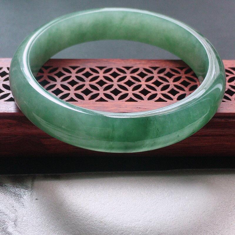 缅甸翡翠57圈口浅绿正圈手镯,自然光实拍,颜色漂亮,玉质莹润,佩戴佳品,尺寸:57.2*12.9*7