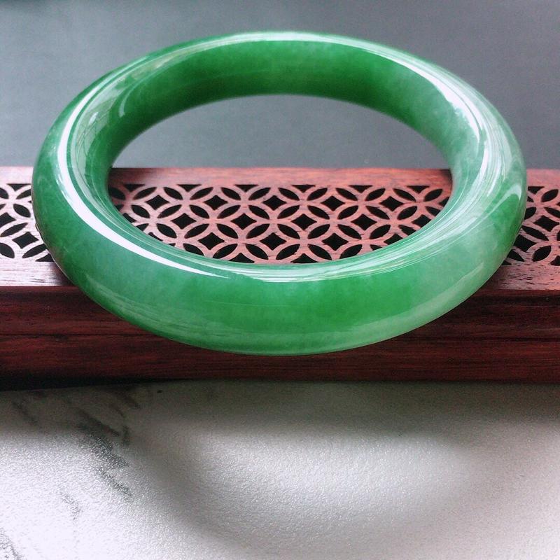 缅甸翡翠56圈口浅绿圆条手镯,自然光实拍,颜色漂亮,玉质莹润,佩戴佳品,尺寸:56.2*12.3*1