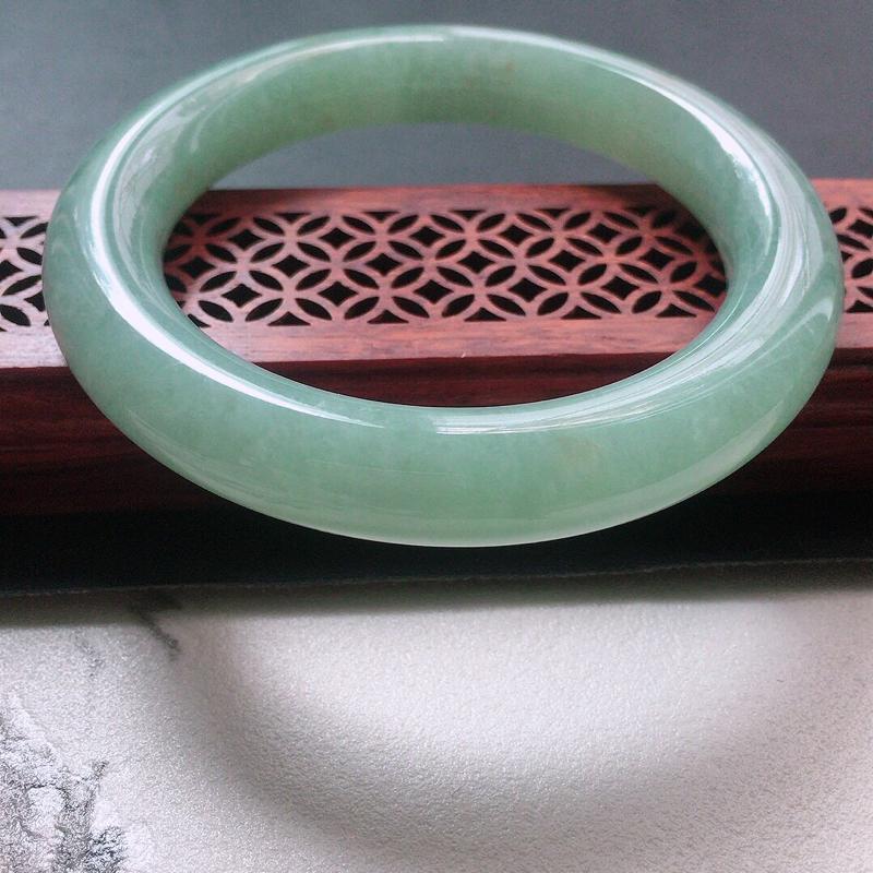 缅甸翡翠56圈口浅绿圆条手镯,自然光实拍,颜色漂亮,玉质莹润,佩戴佳品,尺寸:56.5*11.4*1