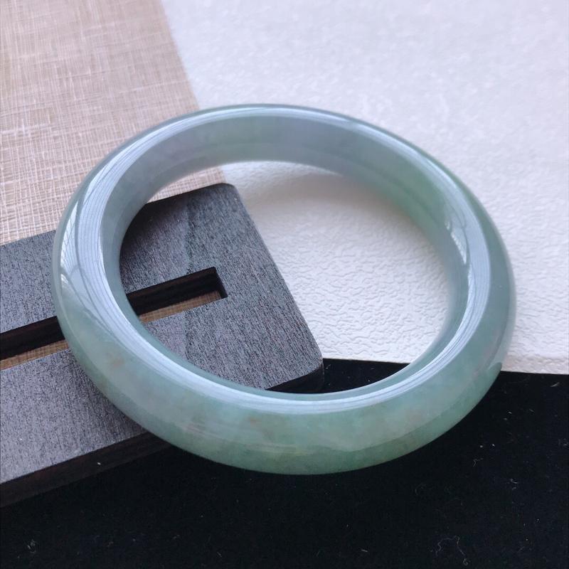 圆条:55。天然翡翠A货。老坑春带彩手镯。玉质莹润,佩戴奢华优雅。尺寸:55*11mm