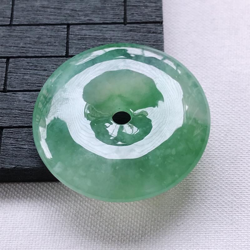 翡翠A货冰糯种飘绿平安扣吊坠,玉质细腻,底色漂亮,上身高贵,尺寸31.6/6.1mm