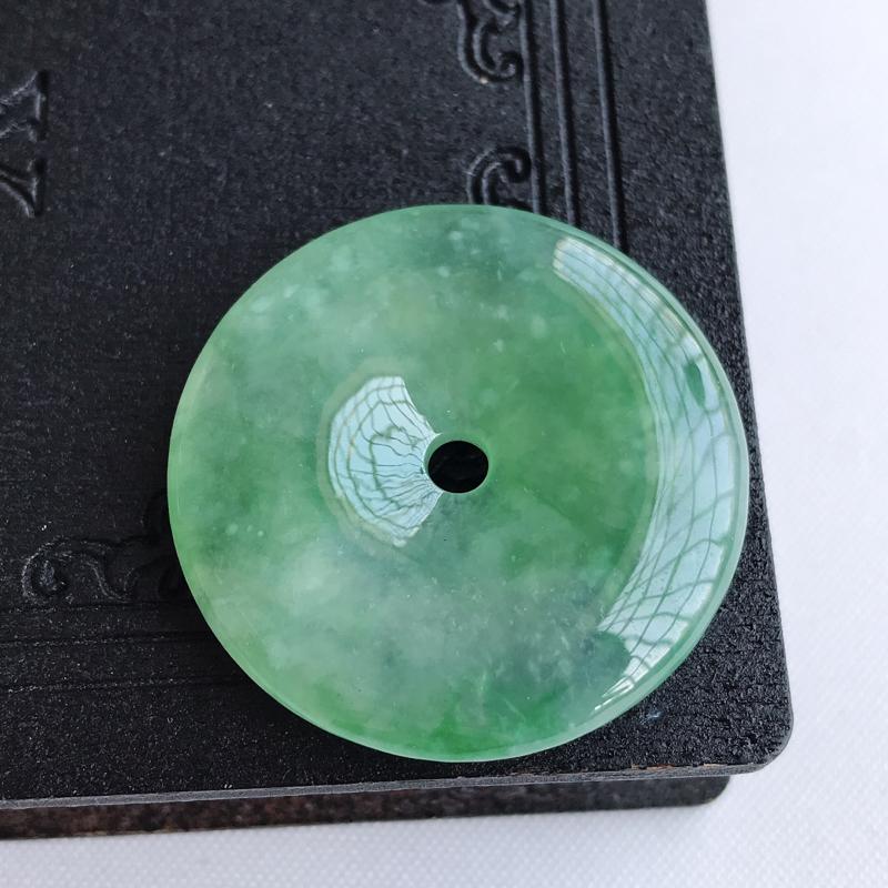 天然翡翠A货冰糯种飘绿平安扣吊坠,尺寸: 31.6×6.0mm,水润通透,形体饱满,雕工精美,