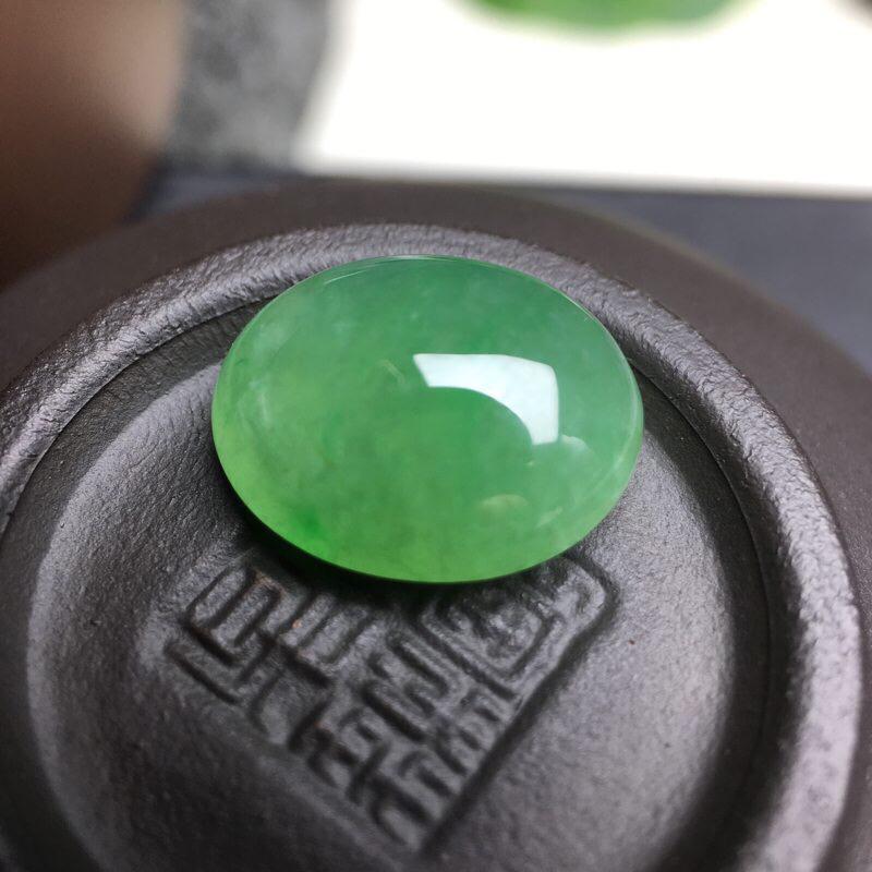❤️满绿蛋面裸石:种老水足,色泽漂亮,干净起光,圆润饱满,可镶嵌成戒指或吊坠,镶嵌效果翻番,无孔。尺
