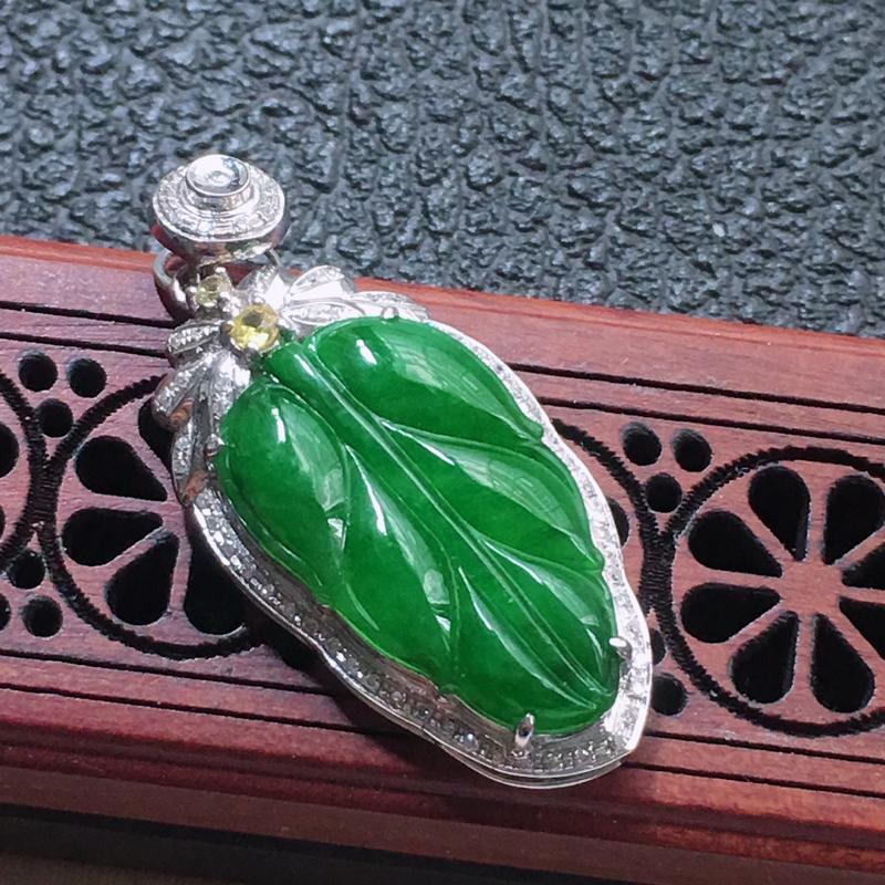 缅甸翡翠18K金伴钻镶嵌满绿叶子吊坠,颜色好,玉质细腻,雕工精美,佩戴送礼佳品,包金尺寸: 32.7
