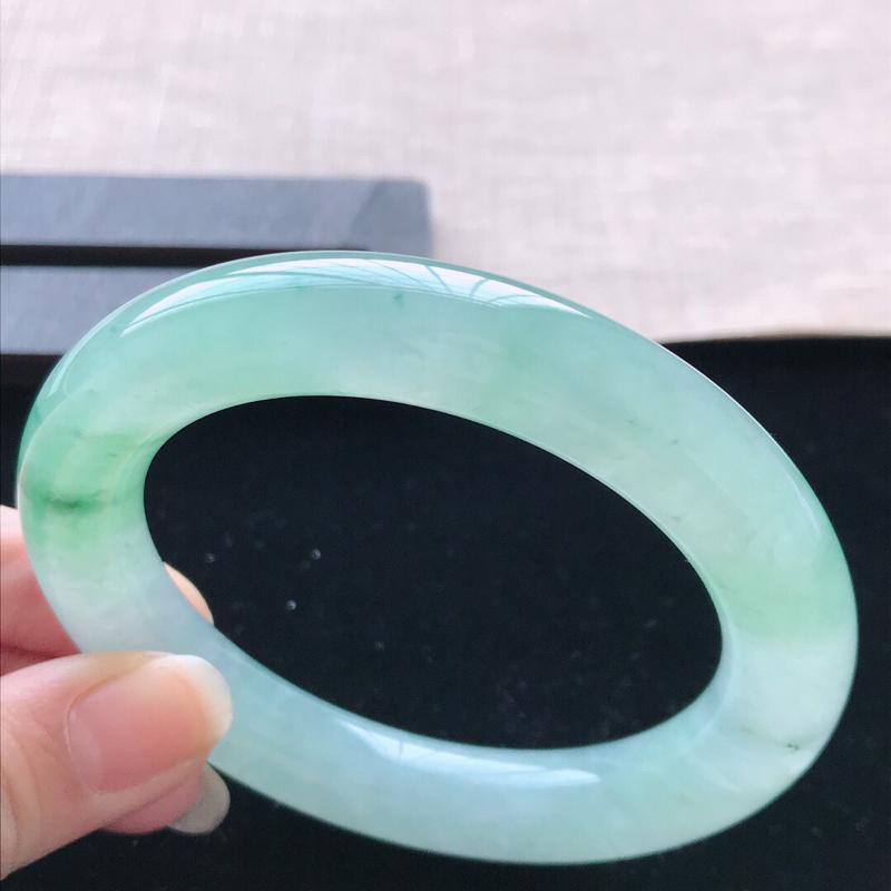 【圆条:56.7。天然翡翠A货。老坑飘绿圆条手镯。水润通透,佩戴优雅大气。尺寸:56.7*11.6mm】图5