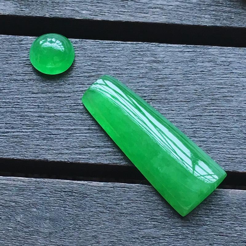 自然光实拍,缅甸a货翡翠,满绿方条一套,种好水润,玉质细腻,漂亮,品相佳,需镶嵌尺寸:21*8.1*