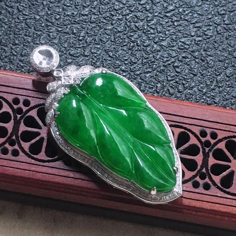 缅甸翡翠18K金伴钻镶嵌满绿叶子吊坠,颜色好,玉质细腻,雕工精美,佩戴送礼佳品,包金尺寸: 42.2