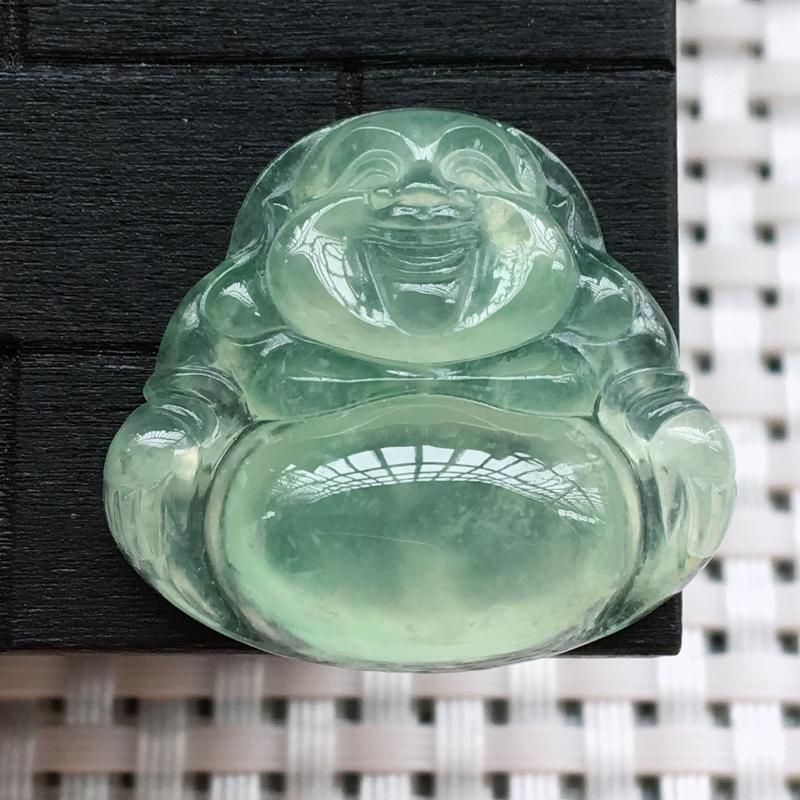 自然光实拍,缅甸a货翡翠,冰润淡绿坐佛,种好通透,水润细腻,底色漂亮,品相佳