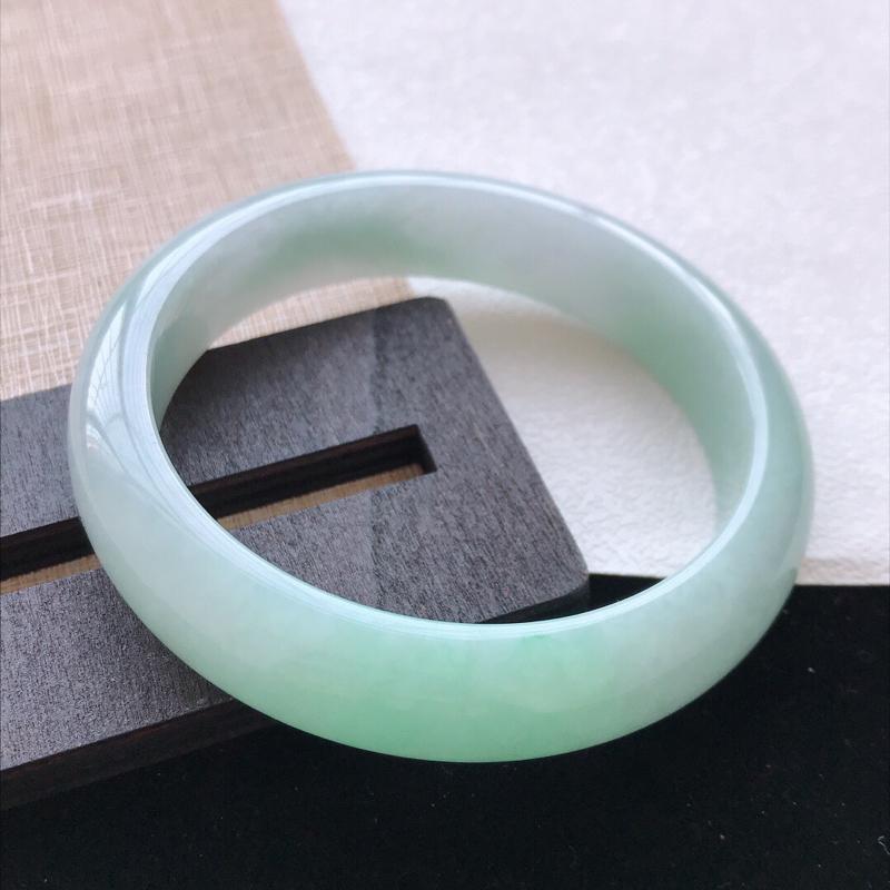 正圈:60。天然翡翠A货。老坑飘绿手镯。玉质莹润,佩戴清秀优雅。尺寸:60*14*7.8mm