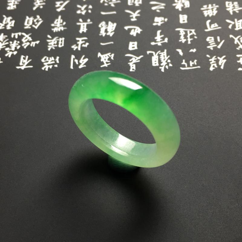 冰种苹果绿指环 外径26.5宽5.5厚3.5毫米 内直径19毫米 冰透水润 翠绿精美