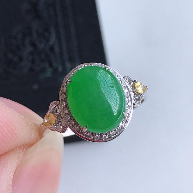 天然翡翠A货18k金伴钻镶嵌阳绿戒指,含金尺寸:12.3×11×7.3 mm,裸石尺寸:10.1×8