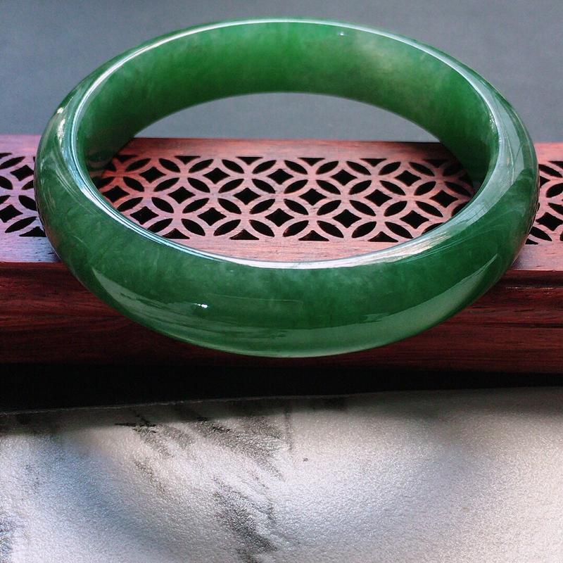 缅甸翡翠56圈口满绿正圈手镯,自然光实拍,颜色漂亮,玉质莹润,佩戴佳品,尺寸:56.5*13.3*8