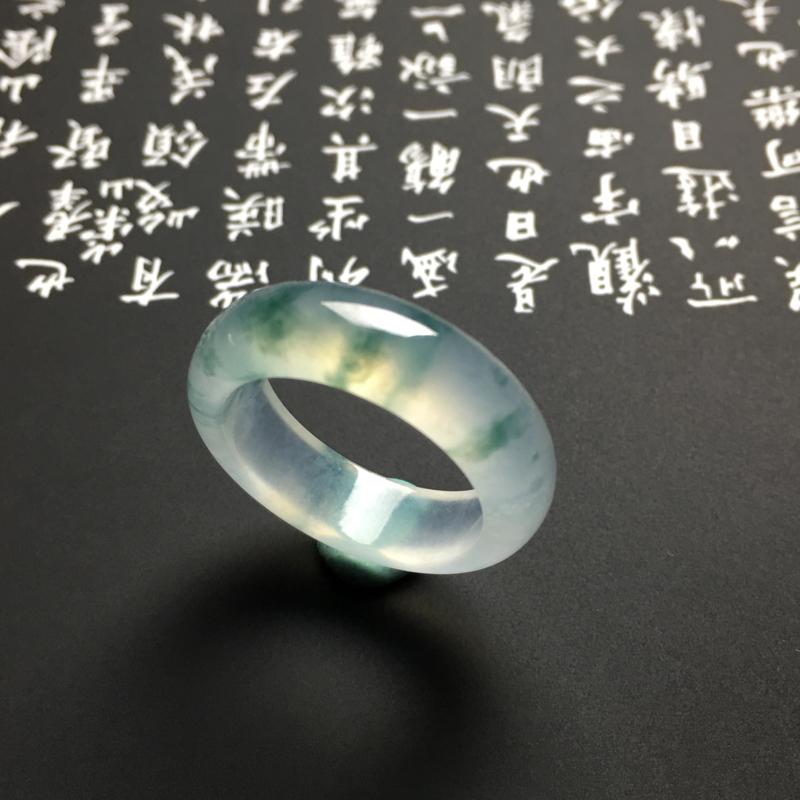 高冰种飘花指环 外径25宽6厚3毫米 内直径18毫米 冰透起光 水润细腻 飘花灵动